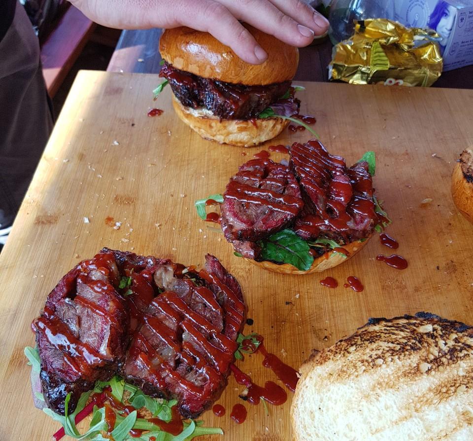 Bbq marhapofa szendvics rukolával Kamado Joe grillben