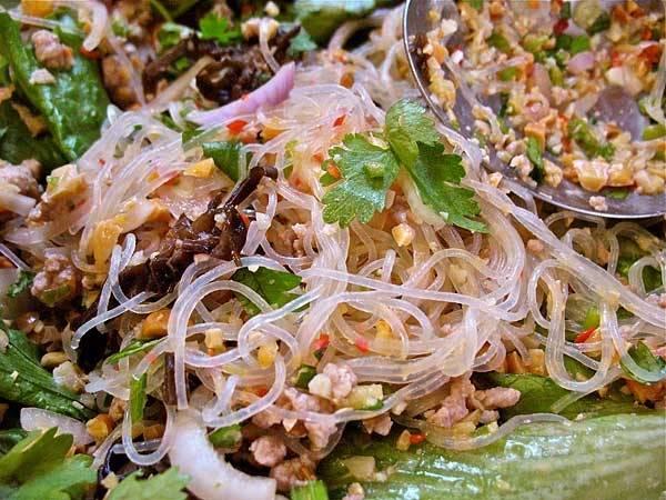 Vietnami pulyka saláta üvegtésztával