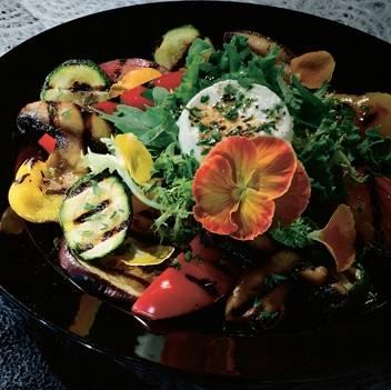 Grillezett kecskesajt zöldségkörettel