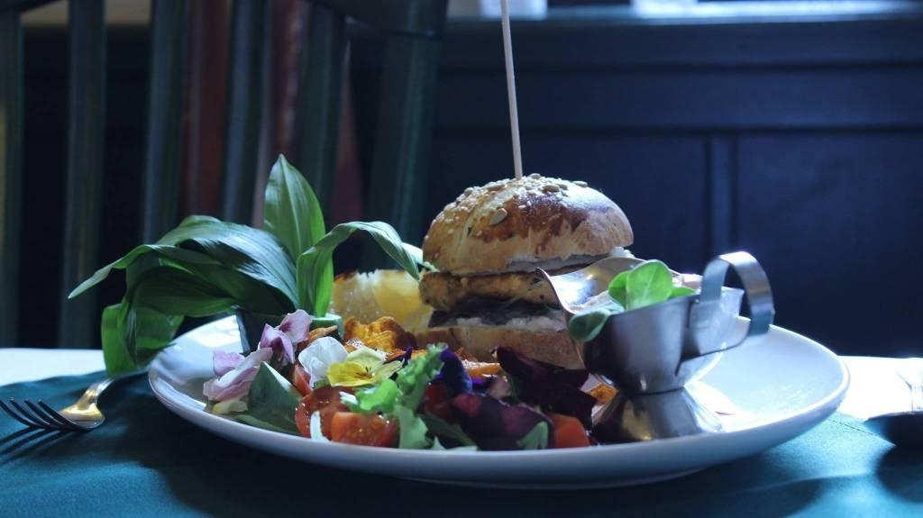 Tavaszi lazac burger medvehagymás virágsalátával, édesburgonya chips-el