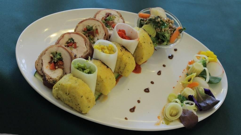 Serranoba göngyölt töltött csirkemell libanyakban sütve, cukkini szönyegen, parmezános polentával