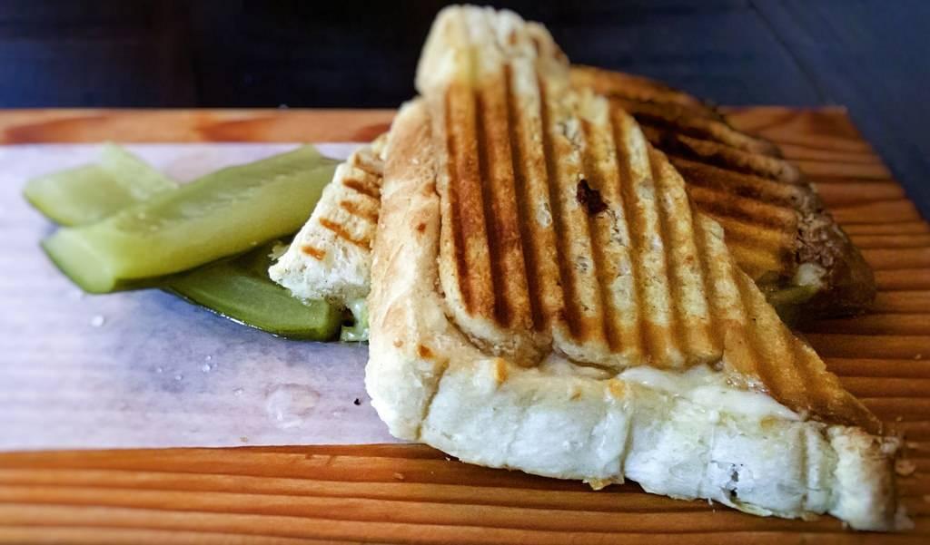 Sajtos szendvics sonkával és szardellával