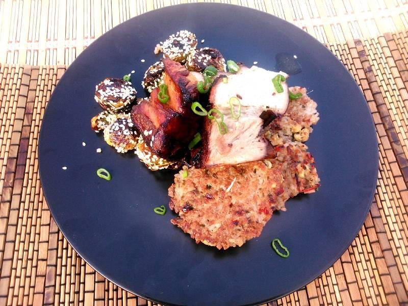 Egzotikus jus-ben pácolt oldalas egyben sütve, ötfűszeres-tojásos rizspogácsával