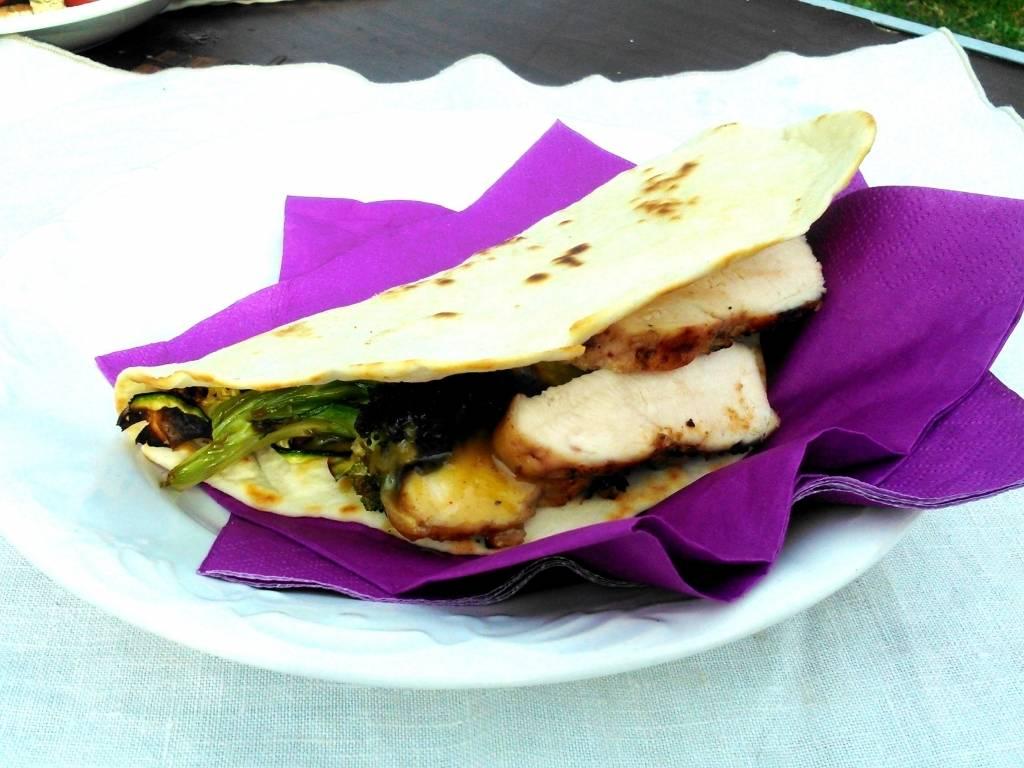 Taco grillezett zöldsalátával és mézes-mustáros, diós csirkemellel