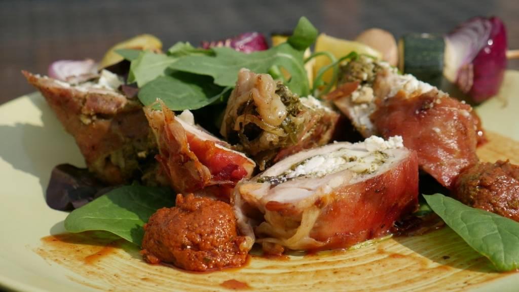 Zsenge salátalevellekel és bazsalikomos fetával töltött grillezett csirkecomb filé pármai sonkába göngyölve, vörös pesto-val Lui Chef módra