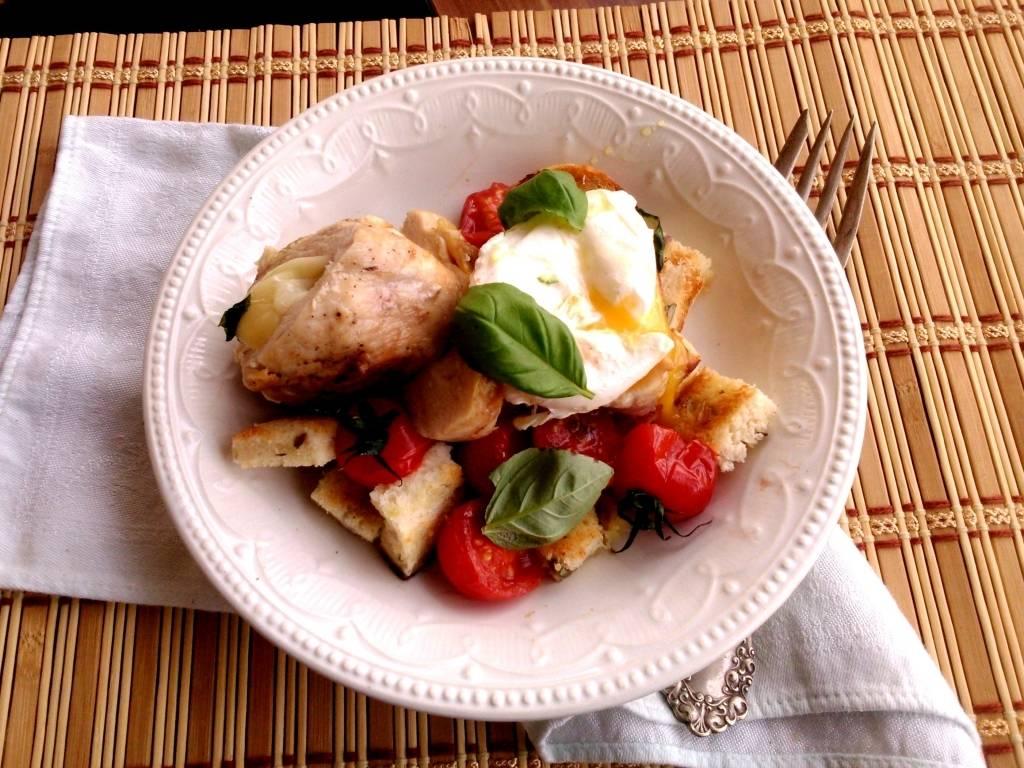 Panzanella mozzarellával töltött csirkemellel és barnavajas buggyantott tojással, grillezve