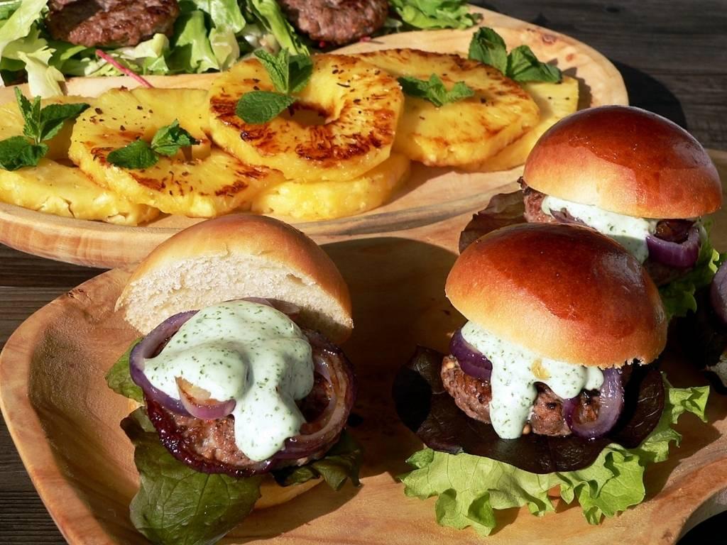 Mini bari burger, grillezett fűszeres ananásszal