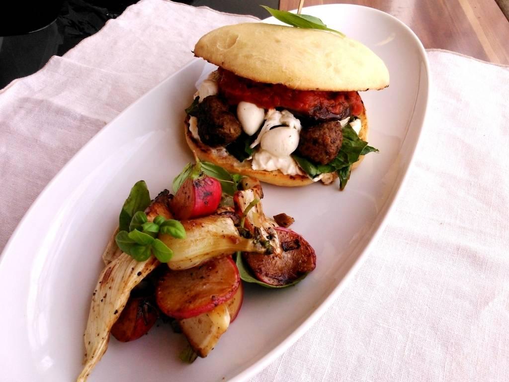 Ciabatta burger húsgolyókkal és mozzarellával, édeskömény-reteksalátával