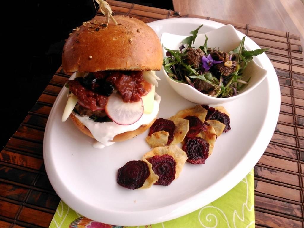 Erdőlakó burger kucsmagombás pitypangsalátával, cékla- és csicsókachipsszel