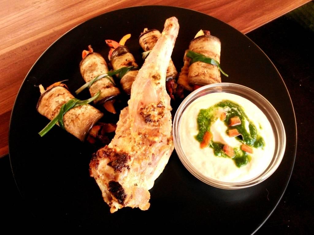Curry-s, fahéjas joghurtban pácolt nyúlcomb mogyoróolajos grillzöldségekkel