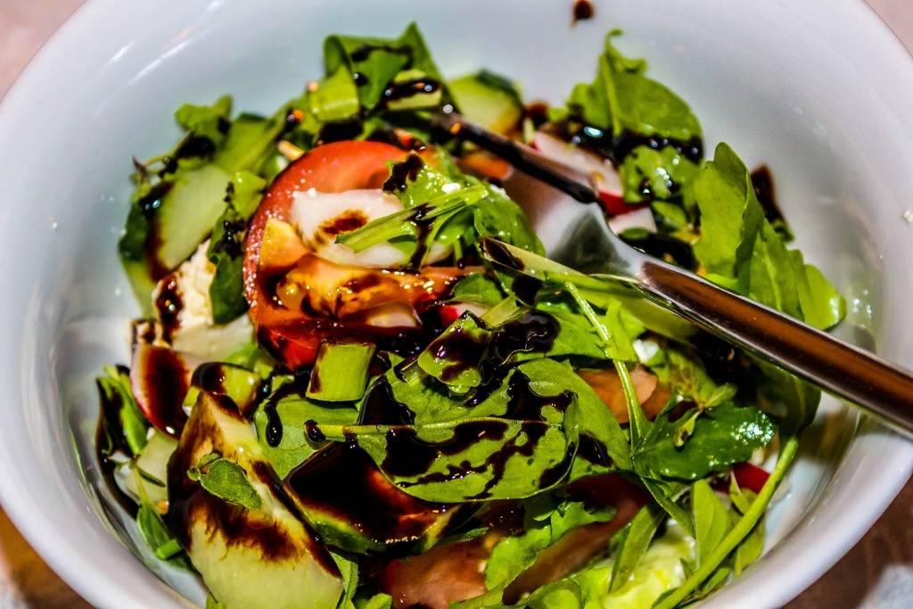 Zöld saláta avokádóval és koktél paradicsommal