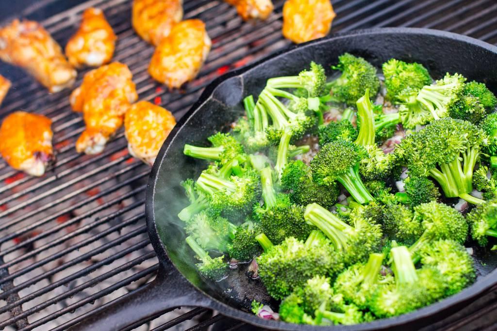 Grillezett brokkoli saláta