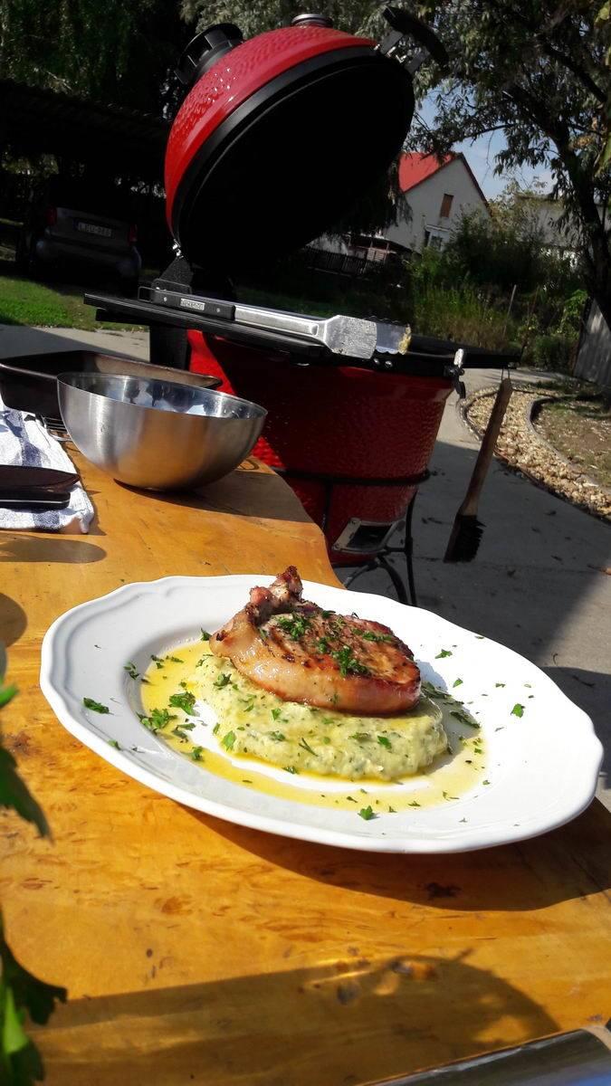 VIDEÓRECEPT! 8 perces csontos karaj steak, petrezselymes, szuvidált fehérrépa pürével