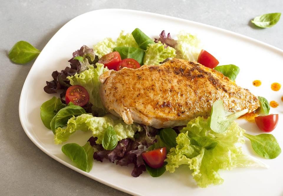Grillezett csirke szilva salátával