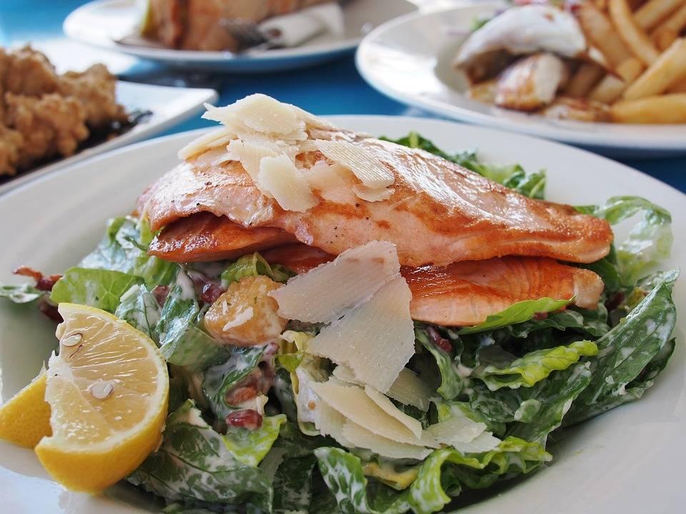Grillezett cézár saláta lazaccal