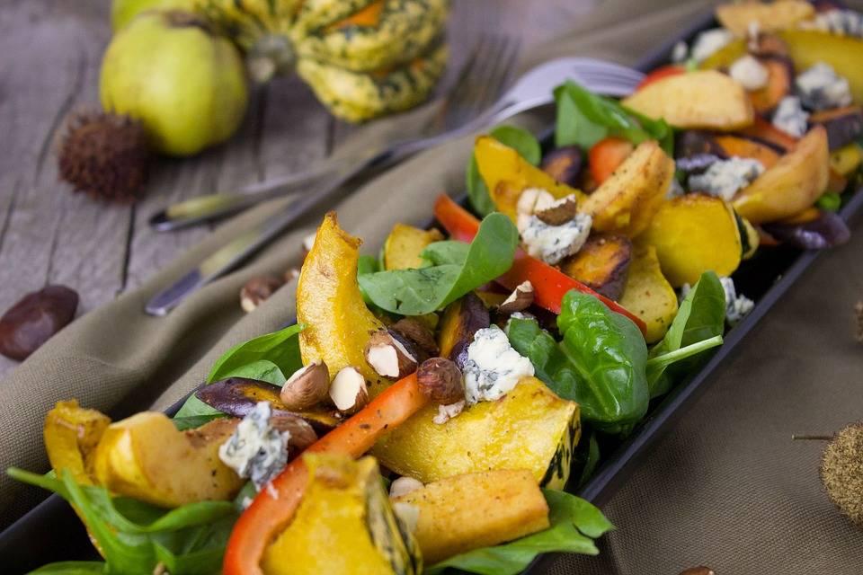 Őszi zöldségsaláta a grillről