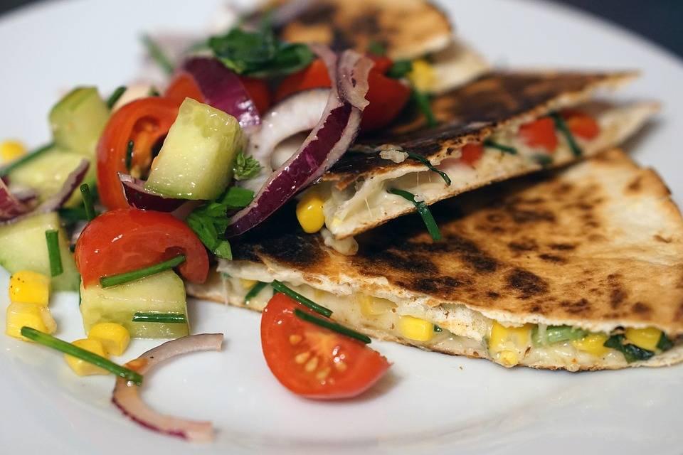 Grillezett zöldségekkel töltött quesadillas