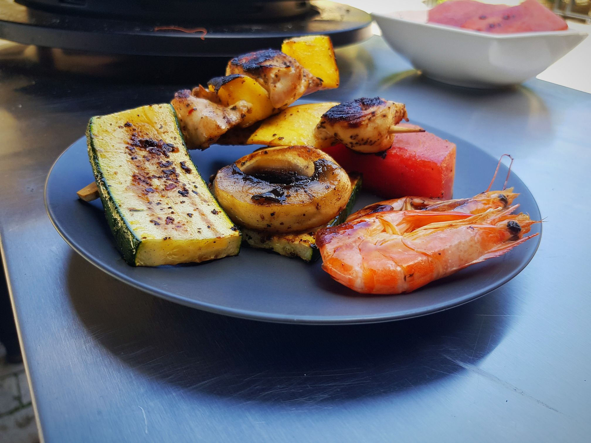 Mangós csirkenyársak garnélával és grillezett zöldségekkel, Ofyr Tabl'o - n