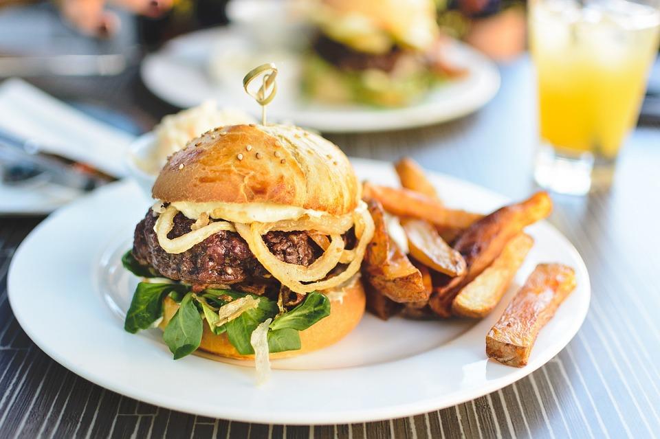 Szaftos hamburger lila hagymával