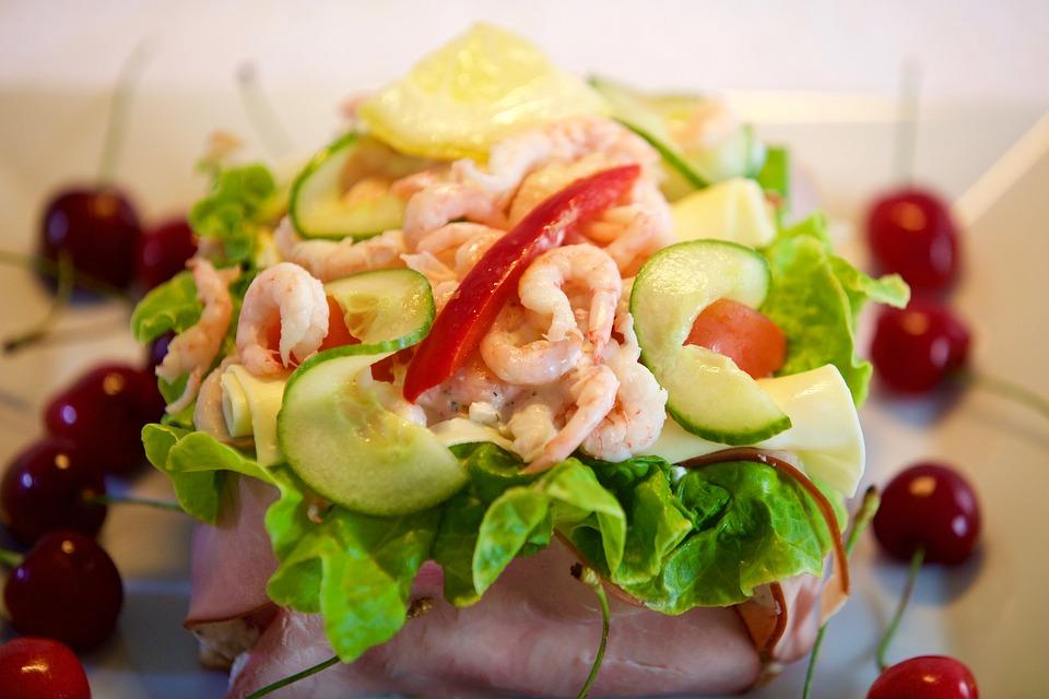 Grillezett Cobb saláta garnélával
