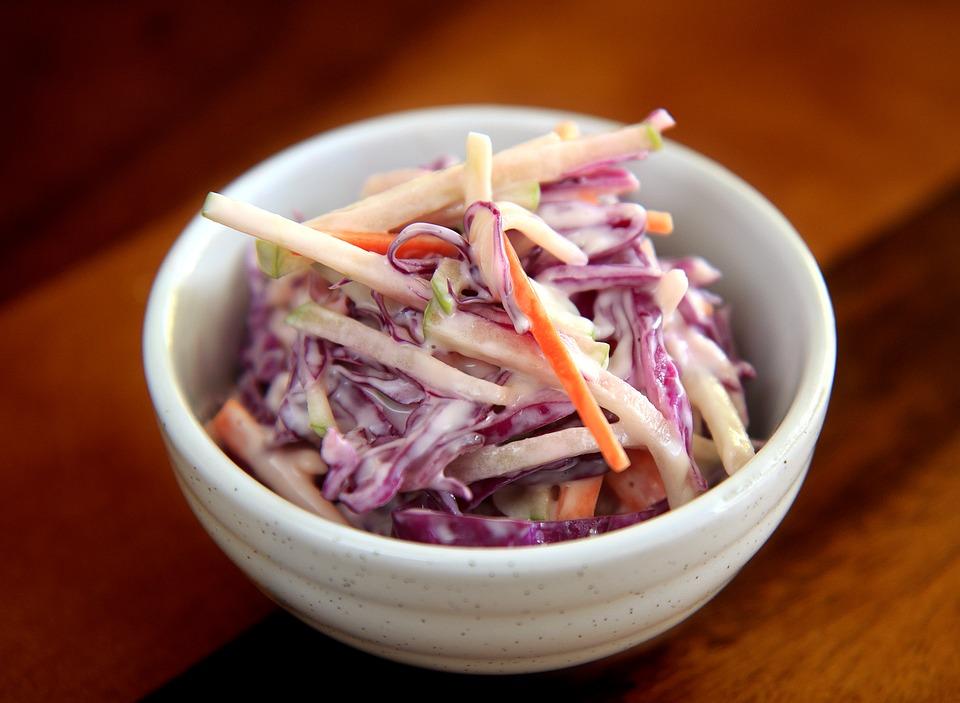 Íróval készített coleslaw saláta grill húsokhoz