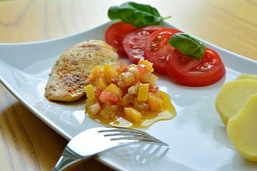 Grillezett csirkemell uborkás salsával