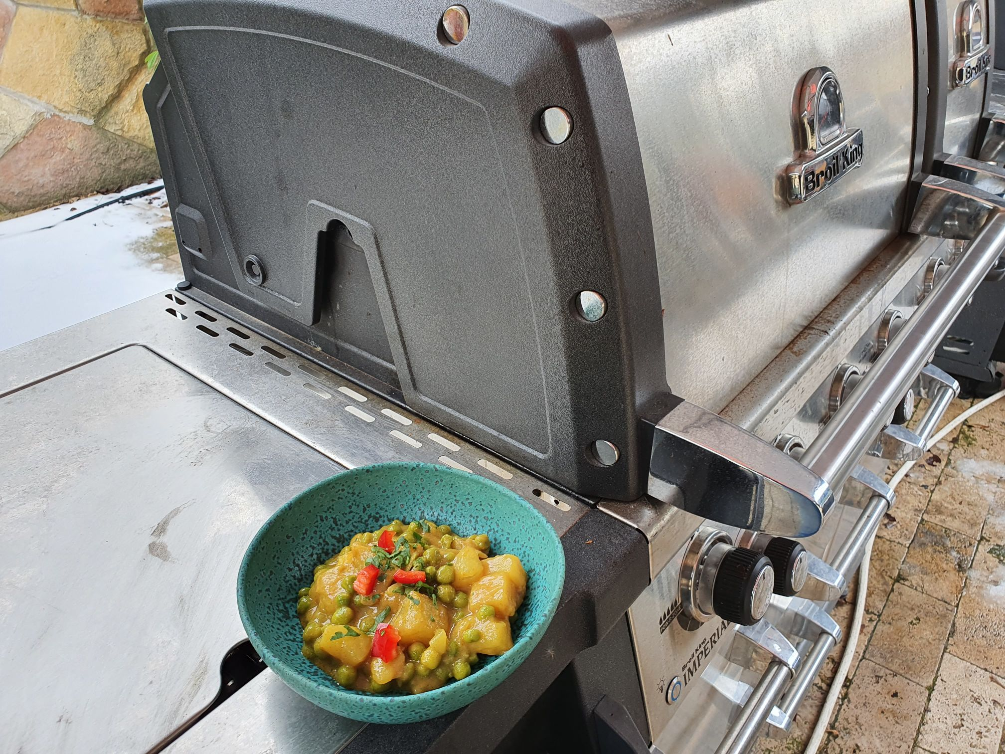 Zölborsós burgonya curry Broil King Imperial gázgrillben
