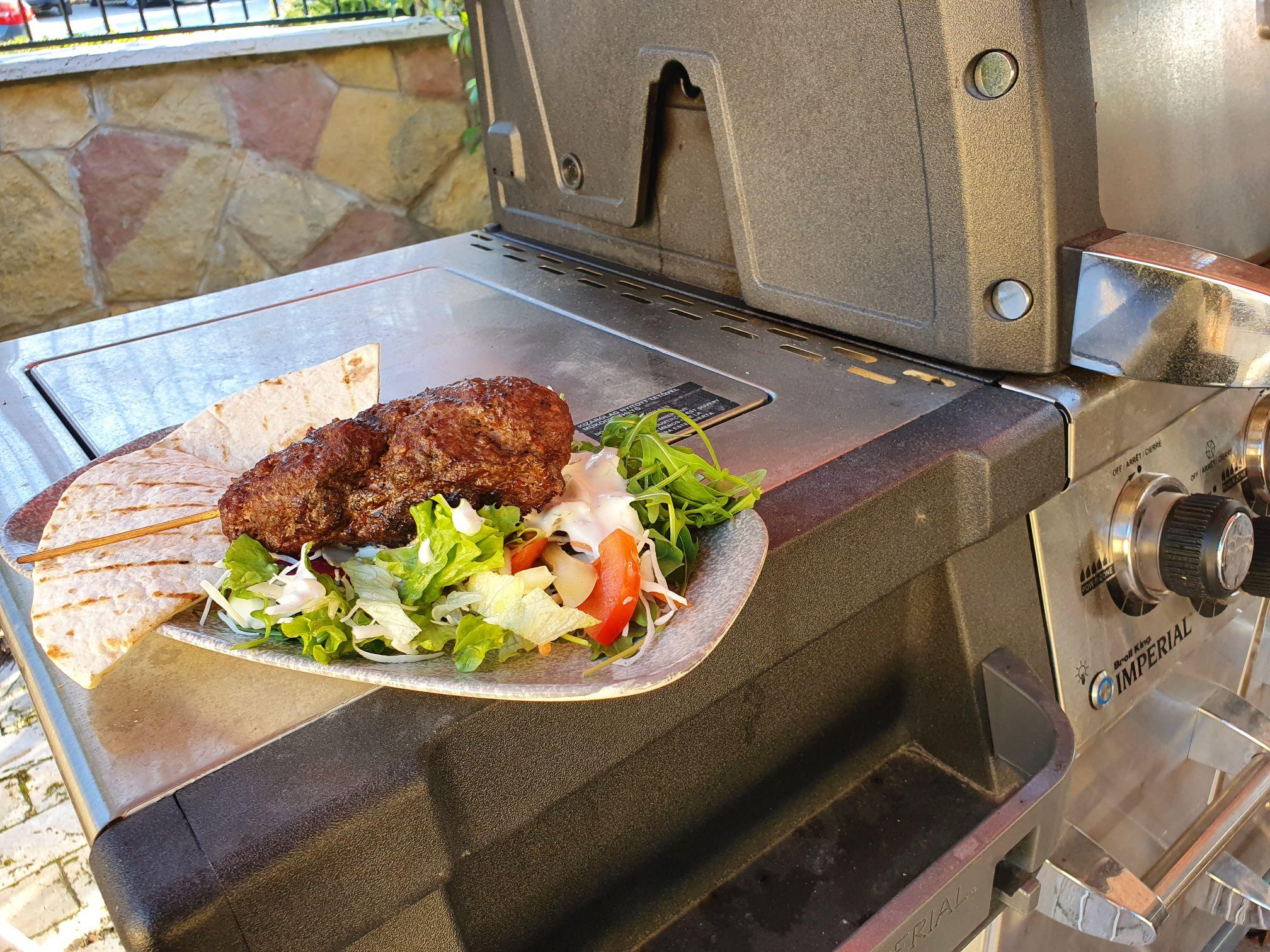 Marha kebab kevert salátával Broil King Imperial gázgrillen