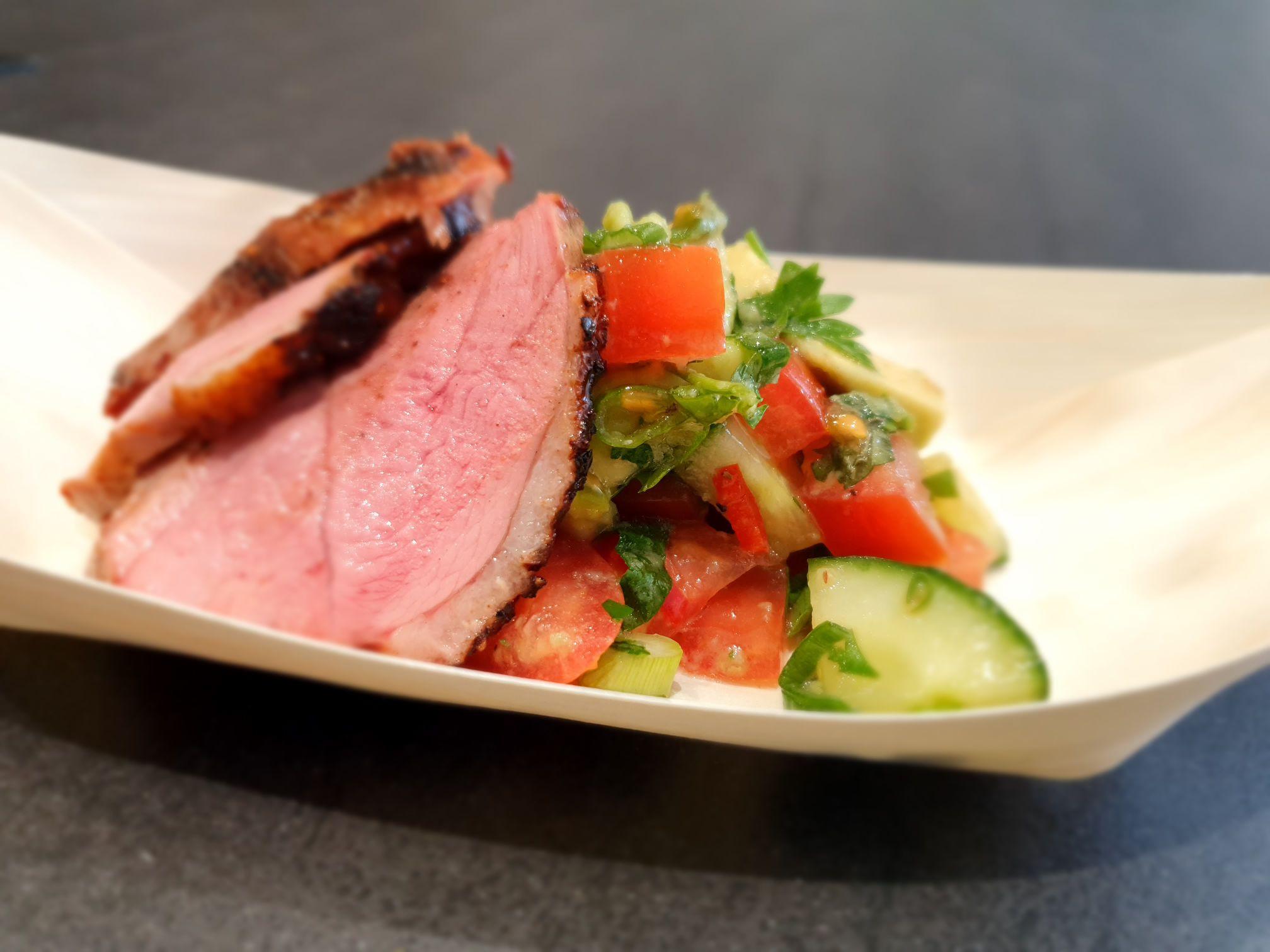 Rosé kacsamell avókádó salátával Broil King Imperial gázgrillen