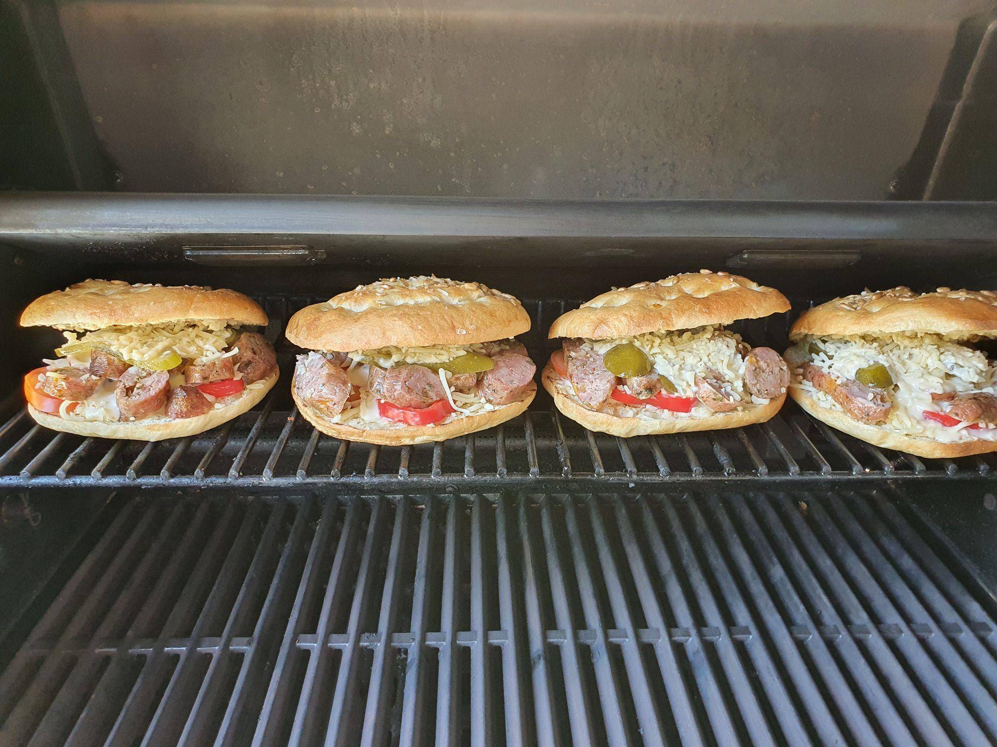 Kolbász burger török lepényben Broil King Imperial gázgrillben
