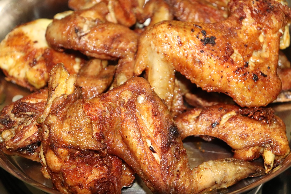 BBQ csirkeszárnyak joghurtos öntettel