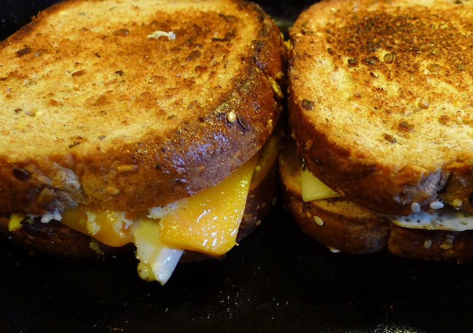 Bourbonben karamellizált hagymás szendvics