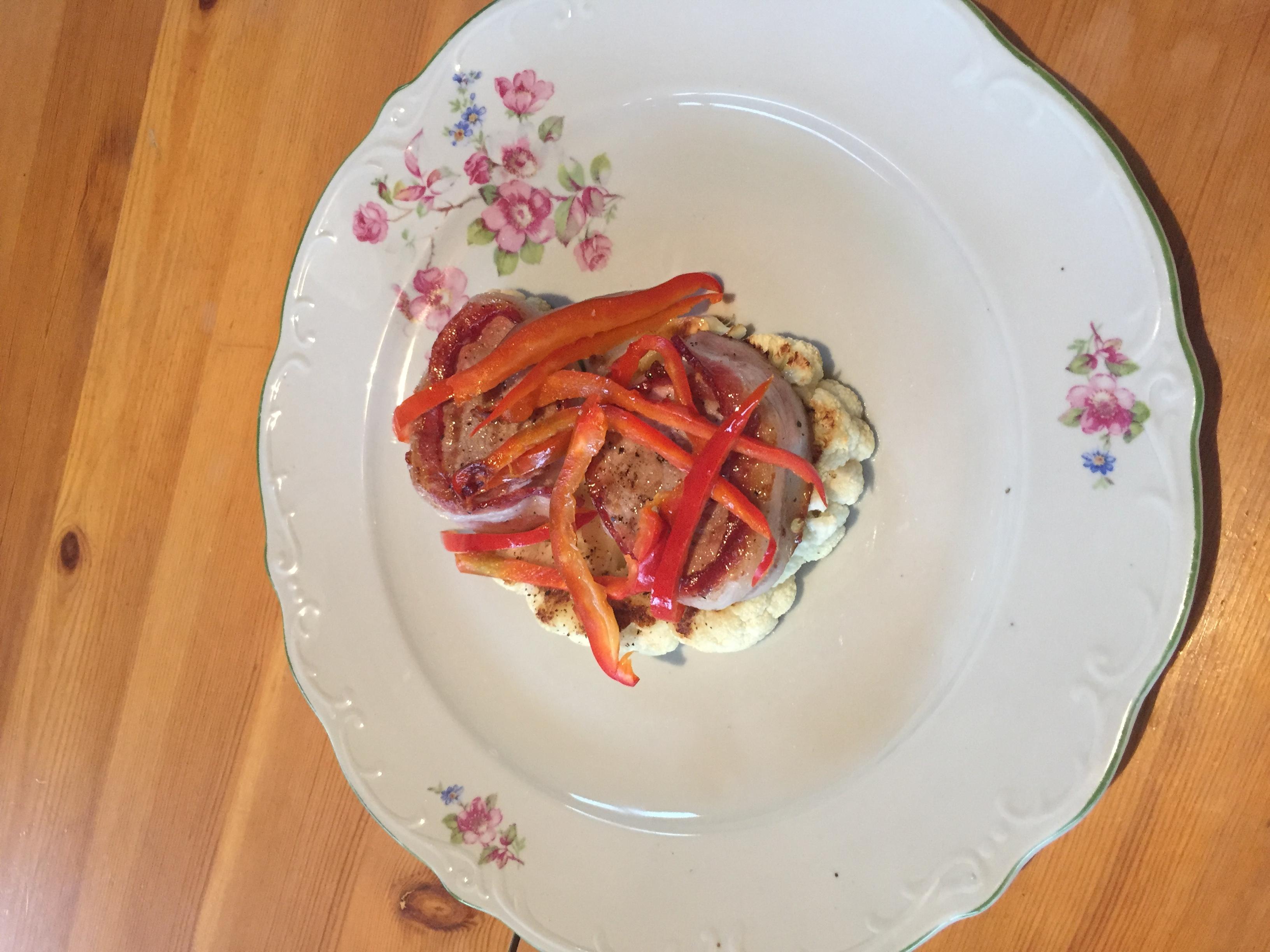 VIDEÓRECEPT! Sertés szűzérmék grillen, bacon köntösben karfiol steakkel és sült kápia paprikával